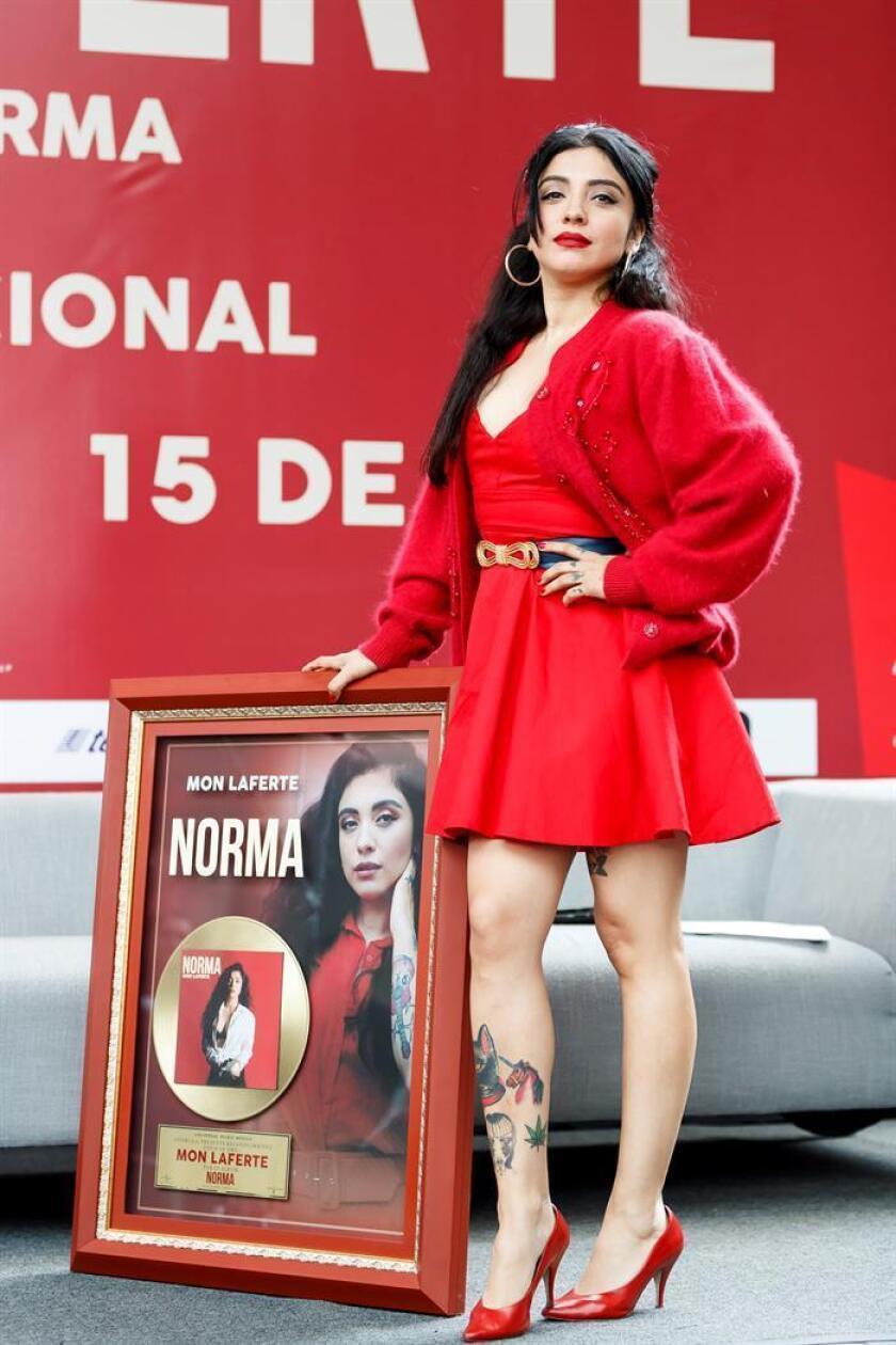 La cantante chilena Mon Laferte posa junto a su disco de oro por su nueva producción titulada Norma durante una rueda de prensa este martes, en Ciudad de México (México). EFE