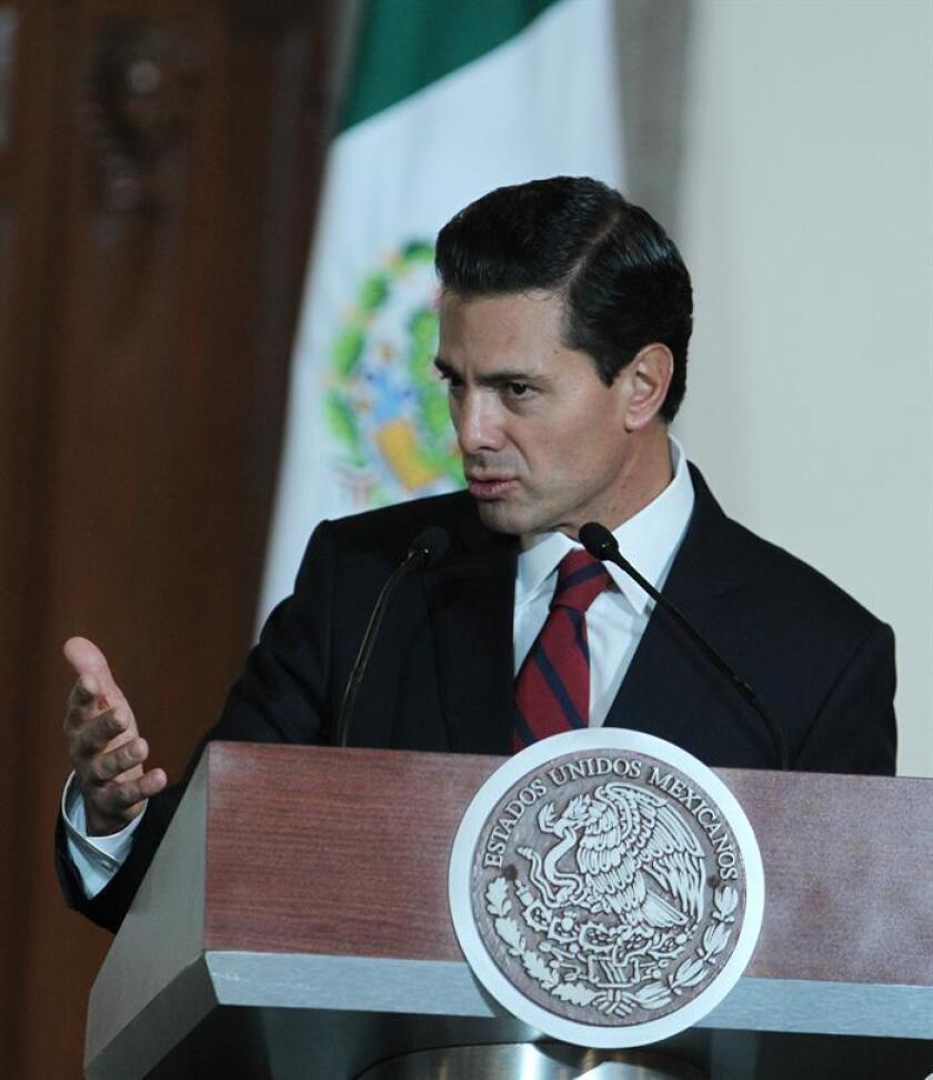 """El presidente de México, Enrique Peña Nieto, afirmó hoy que una de las condiciones que interpondrá el país para establecer una negociación con el próximo Gobierno de Estados Unidos presidido por Donald Trump será que se """"mantenga el libre flujo de remesas"""" entre ambos países. EFE"""