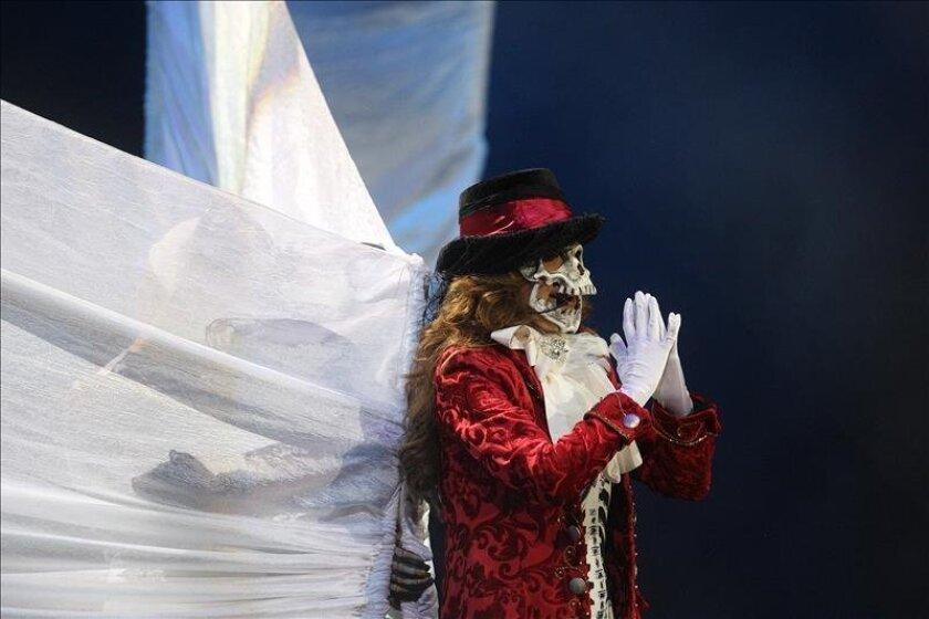 Gloria Trevi Emula Su Provocativa Actuación De Hace 20 Años