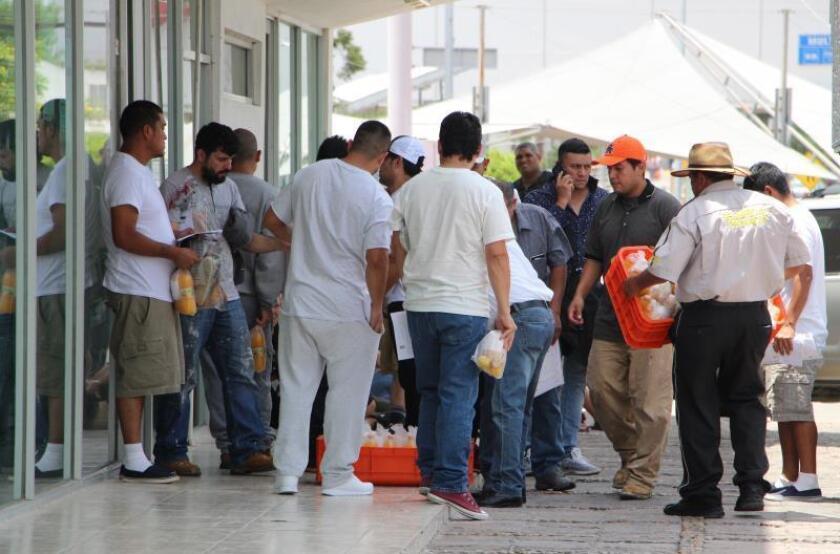 Migrantes mexicanos que permanecían en Estados Unidos continúan llegando, tras ser deportados vía terrestre, al punto fronterizo de Puente Nuevo, este lunes en el municipio de Matamoros, estado de Tamaulipas (México). EFE/Abraham Pineda Jácome