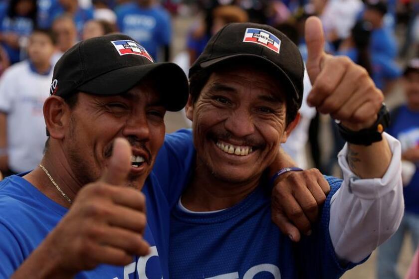 Simpatizantes del partido de derecha Alianza Republicana Nacionalista (ARENA) participan en el cierre de campaña proselitista en San Salvador (El Salvador). EFE
