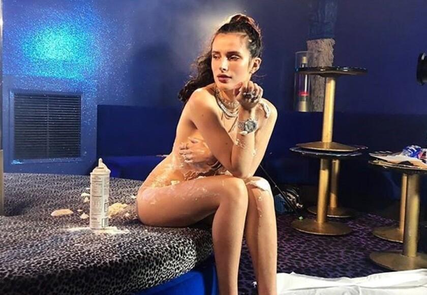 """La cantante Bella Thorne lanzó otra línea de maquillaje llamada """"Filthy Fangs"""", que también fue presentada con una campaña que causó controversia."""