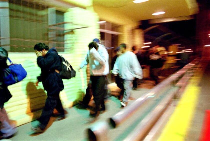 La Policía Federal de México interceptó hoy a 17 presuntos extranjeros con identidades mexicanas falsas en el aeropuerto de Cancún, caribe mexicano, desde donde pretendían viajar a la frontera con Estados Unidos. EFE/ARCHIVO