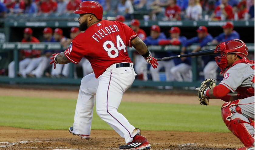 Prince Fielder de los Rangers de Texas conecta una sencillo ante los Angels.