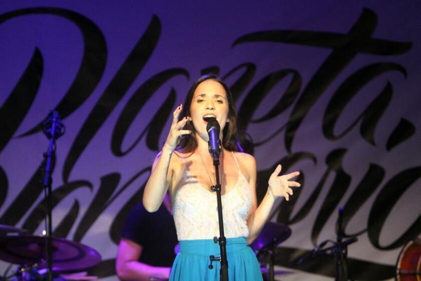 """La cantautora cubana Diana Fuentes presentó hoy su nueva canción, """"La fortuna"""", que cuenta con la colaboración del músico puertorriqueño Tommy Torres y que formará parte de su próximo disco, """"Todo está pasando"""". EFE/ARCHIVO"""