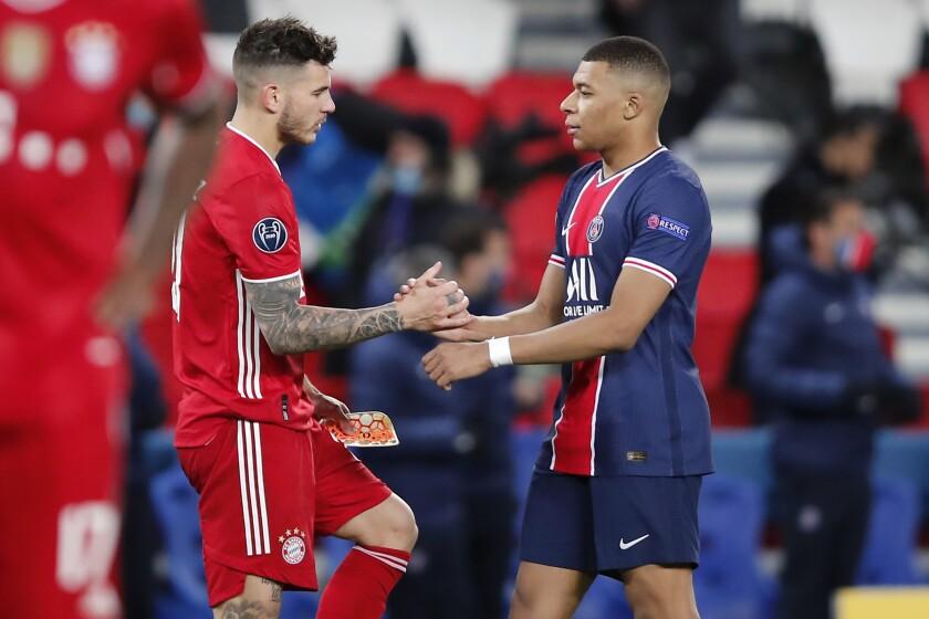 Kylian Mbappé (derecha) del PSG saluda a Lucas Hernández del Bayern Múnich