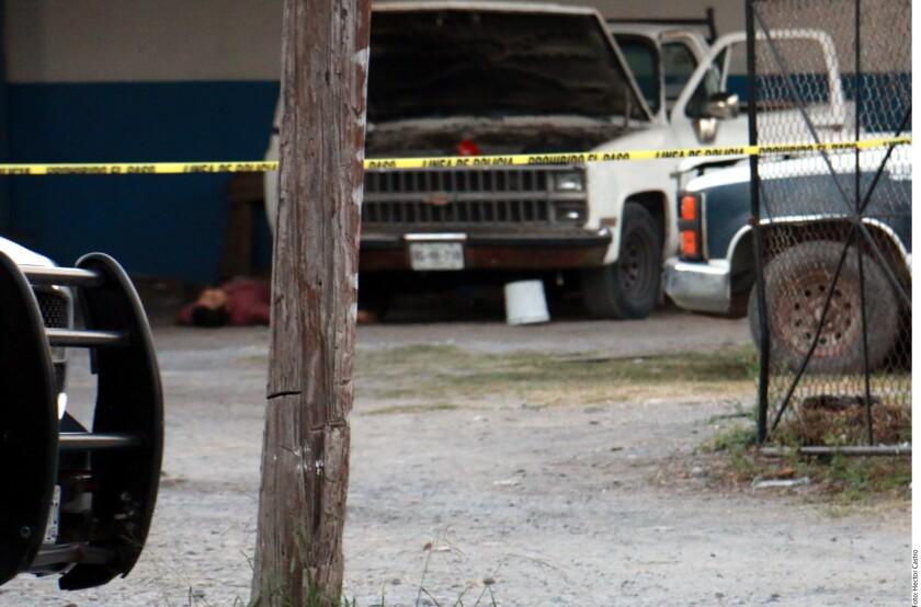 La triple ejecución cometida el lunes en un negocio de autolavado, en Cadereyta, estaría relacionada con el ataque a balazos que un día antes dejó sin vida a una niña de 13 años, sobrina del Alcalde de Los Ramones, Rosendo Galván Medina.