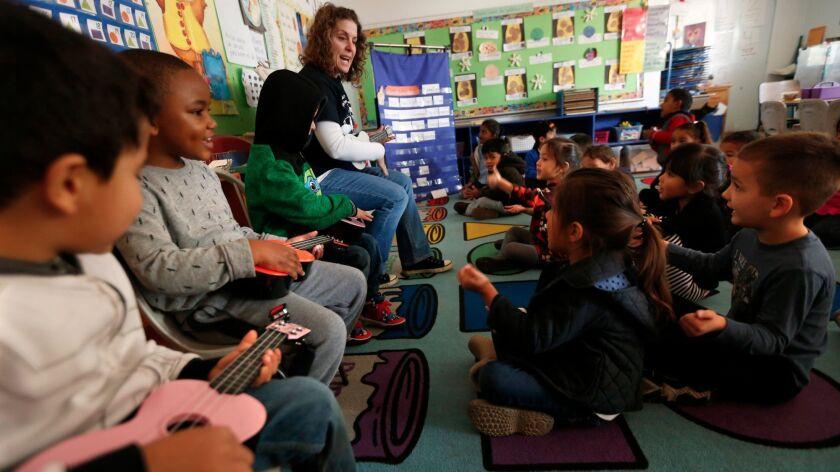 """La maestra Hillary Erlich canta """"Buenos días"""", con sus estudiantes de prekínder en Grand View Boulevard Elementary School. Erlich da clases de inmersión al español en el programa de Kínder de Transición Ampliado (Expanded Transitional Kindergarten), de la escuela."""