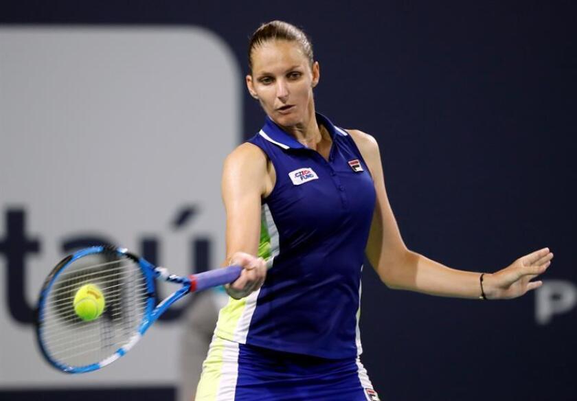 La tenista checa Karolina Pliskova en acción ante Yulia Putintseva de Kazajistán durante un partido del Abierto de Tenis de Miami disputado este lunes en Miami, Florida (EE.UU.). EFE