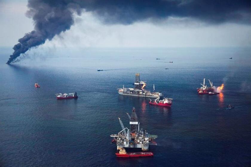 Una humareda se levanta sobre la superficie del mar en el Golfo de México, producto del petróleo acorralado y quemado cerca de la zona donde se hundió la plataforma petrolera de la empresa británica BP y que causó el mayor vertido de petróleo en la historia de Estados Unidos, el 19 de junio de 2010. EFE/Archivo