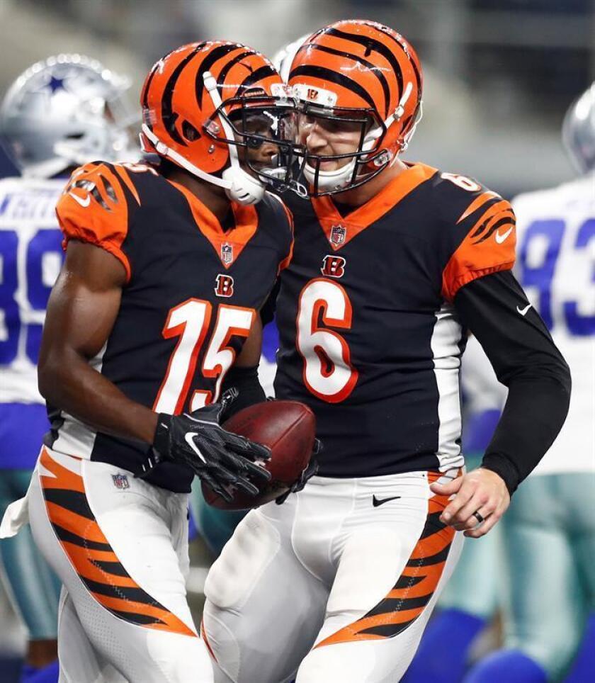 En la imagen, los jugadores de los Bengals de Cincinnati Jeff Driskel (d) y John Ross (i). EFE/Archivo