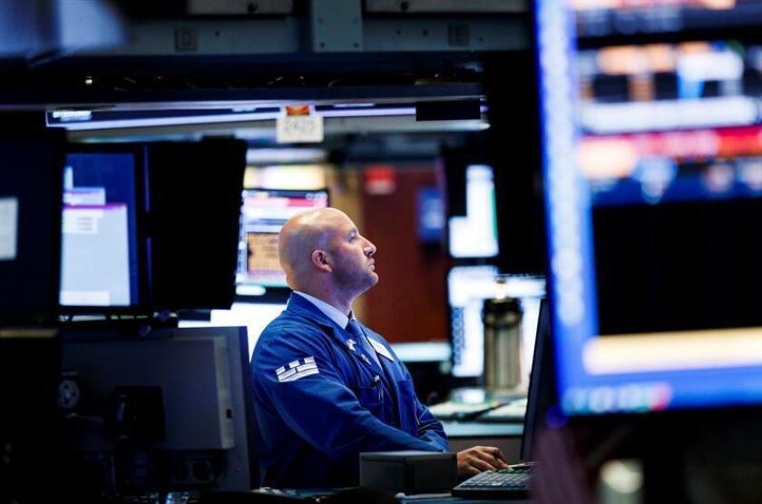 Corredores trabajan en el piso de la Bolsa de Nueva York (EE.UU). EFE/Archivo