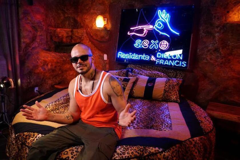 El cantante puertorriqueño Residente posa para Efe el jueves 12 de abril de 2018, durante una entrevista realizada en un motel por horas para parejas junto al aeropuerto de Miami, Florida (EE.UU.). EFE/Archivo