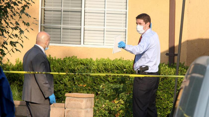 La policía de Glendale investiga la escena en la que un hombre fue encontrado muerto a balazos en un patio frontal, al 1600 de Midway St. en Glendale, el sábado 25 de junio de 2016 (Raul Roa / fotógrafo de planta).