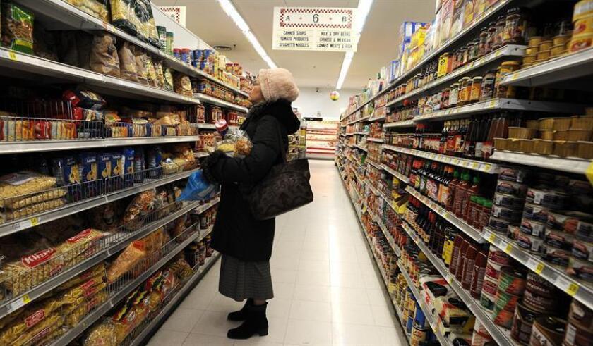 Una mujer compra productos en un supermercado de Brooklyn. EFE/Archivo