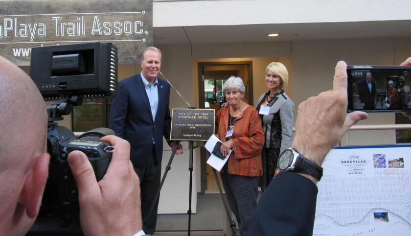 Mayor Kevin Faulconer with La Playa Trail Association members Klonie Kunzel and Jen Schmidt at the Roseville Hotel plaque dedication, Oct. 9 at Bellamar Point Loma.