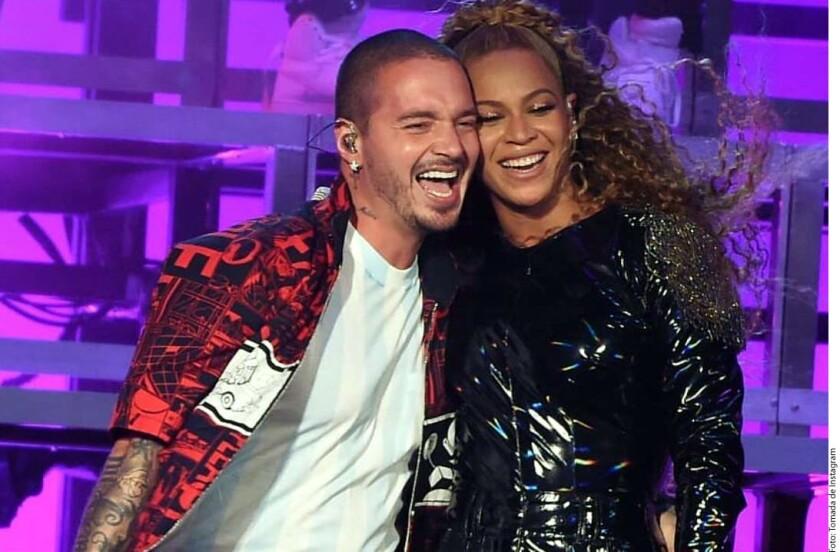 En esta imagen, el colombiano J. Balvin aparece al lado de la afroamericana Beyoncé durante la actuación de ayer en el desierto californiano.