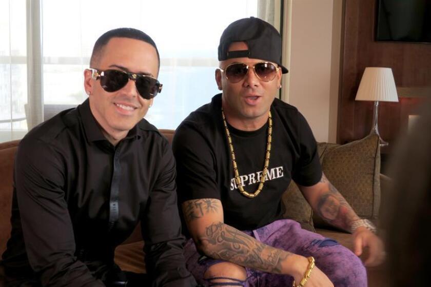 Fotografía de los integrantes del dúo puertorriqueño de reguetón Wisin (d) y Yandel (i) hablan durante una entrevista con Efe en San Juan, Puerto Rico. EFE/Archivo