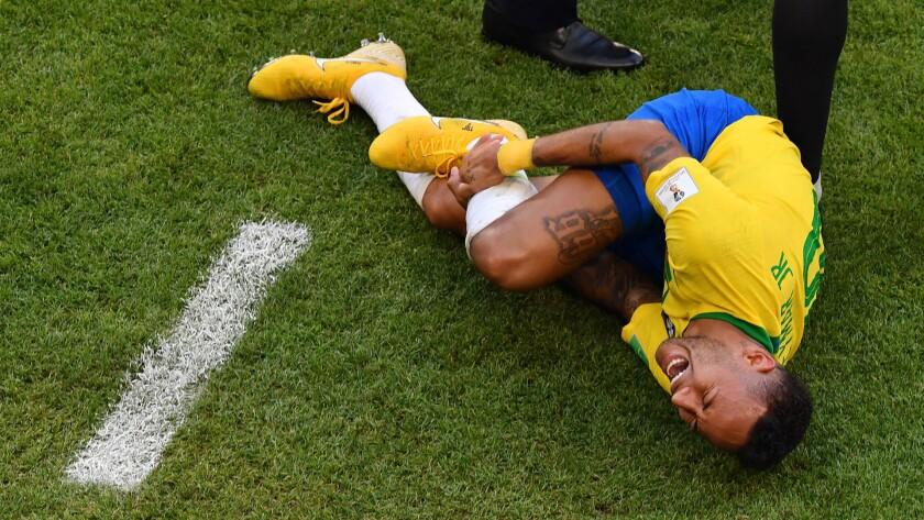 Neymar se duele del tobillo derecho tras una supuesta falta recibida, en el juego ante México, en los octavos de final de la Copa del Mundo.