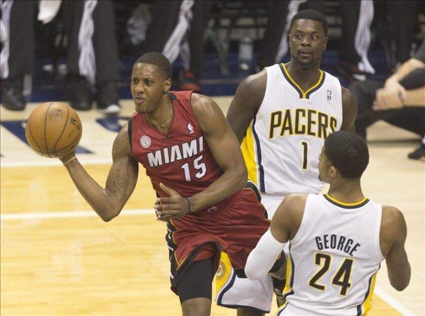 El jugador de Miami Heat Mario Chalmers (i) atrapa un rebote en ataque ante los jugadores de Indiana Pacers Paul George (d) y Lance Stephenson (c) durante el sexto juego de la Conferencia del Este de la NBA. EFE