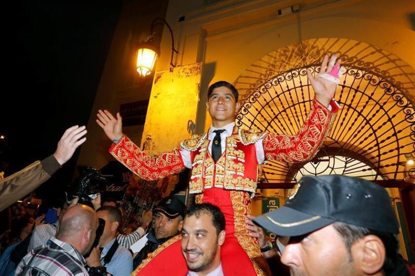 Luis David Adame sale por la puerta grande tras su faena en su último festejo como novillero, durante la feria de Albacete. EFE/Archivo