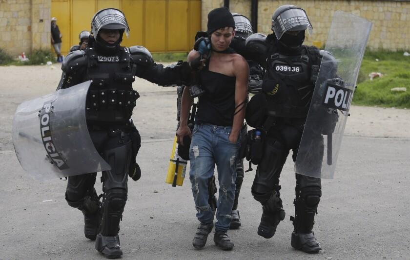 Un manifestante es detenido por la policía en Gachancipa, Colombia, el viernes 7 de mayo de 2021.