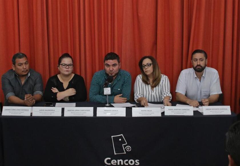 Fotografía cedida por el Centro Nacional de Comunicación Social (Cencos) hoy, martes 5 de junio de 2018, de los padres de los niños fallecidos en la guardería ABC, (i-d), Lucio Valenzuela, Martha Lemas, Roberto Zavala, Mayra Valle, y Fabian Goyzueta, mientras participan en una rueda de prensa, en Ciudad de México (México). EFE/Cortesía Cencos/SOLO USO EDITORIAL