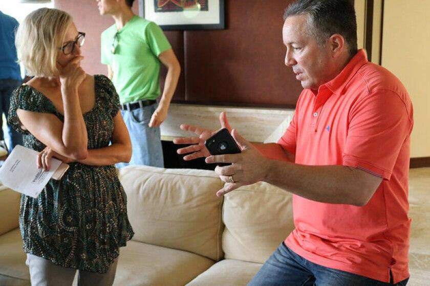 Alex Villanueva se ha reunido con numerosos grupos de vecinos para explicar su estrategia al frente del Departamento del Sheriff si gana las elecciones de noviembre.