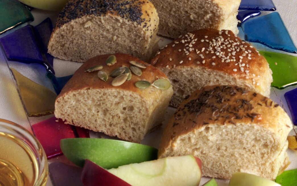 Round challah with seven seeds