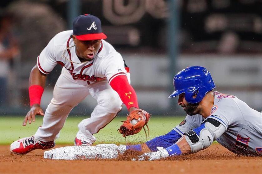 En la imagen un registro de José Bautista (d), guardabosques dominicano de los Mets de Nueva York, quien se apuntó un jonrón de dos carreras en el triunfo de su equipo 6-4 sobre los Padres de San Diego. EFE/Archivo