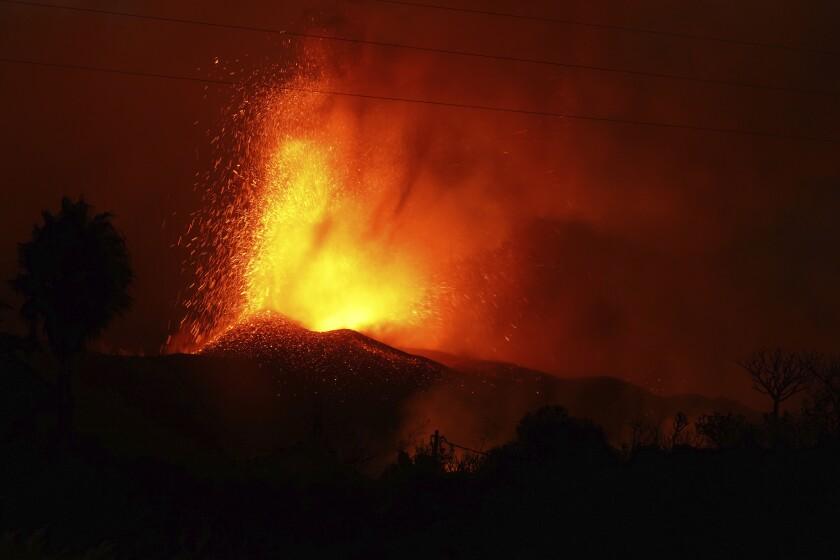 Lava saliendo de un volcán cerca de El Paso, en la isla española de La Palma, en Islas Canarias