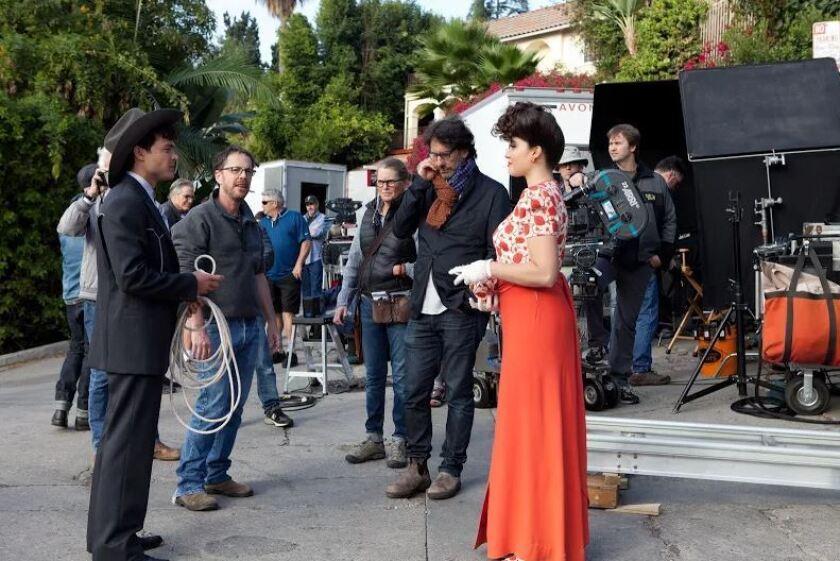 """A la der., Verónica Osorio, la actriz de origen venezolano; a la izquierda, Alden Ehrenreich, el nuevo Han Solo; y al medio, los hermanos Coen, directores de """"Hail, Caesar!""""."""
