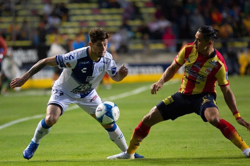 El jugador de Morelia Efrain Velarde (d) disputa un balón con Ángelo Sagal (i) de Pachuca hoy, martes 21 de agosto de 2018, durante el juego correspondiente a la jornada 6 del torneo mexicano de fútbol, celebrado en el estadio Morelos en la ciudad de Morelia (México). EFE