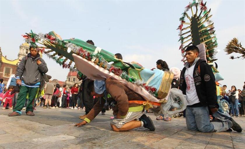 Miles de peregrinos acuden hoy, a la Basílica de Guadalupe en Ciudad de México (México). EFE