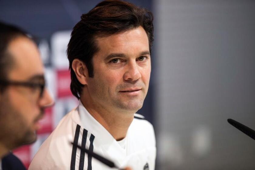 El entrenador argentino del Real Madrid, Santiago Solari, en rueda de prensa posterior al entrenamiento realizado hoy en la Ciudad del Fútbol de Valdebebas. efe