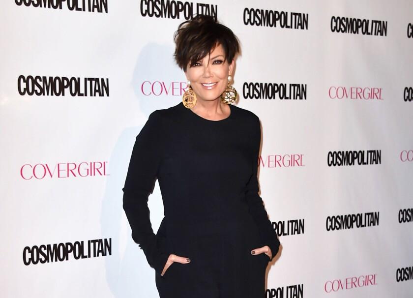 """Kris Jenner llega a la fiesta por el 50 aniversario de Cosmopolitan en West Hollywood, California en una fotografía del 12 de octubre de 2015. Una empresa de videojuegos demandó a Jenner en una corte federal de Los Angeles pues supuestamente el juego """"Kim Kardashian: Hollywood"""" se basó en una presentación que hizo para la matriarca de la familia Kardashian, y mánager de Kim Kardashian, violando sus derechos de autor."""