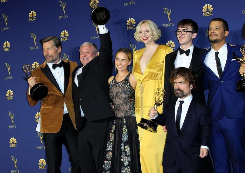 El elenco de Game of Thrones posa con el Emmy a Mejor Serie Dramática durante la ceremonia anual de los Primetime Emmy Awards hoy, lunes 17 de septiembre de 2018, en el Microsoft Theater de la ciudad de Los Ángeles (EE.UU.). EFE
