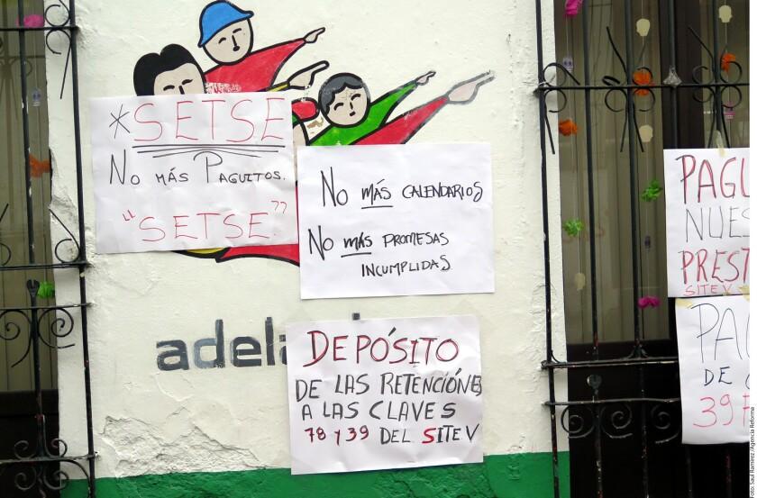 Cientos de trabajadores de la educación del estado mexicano de Veracruz bloquearon hoy calles y carreteras y suspendieron clases en 5.000 escuelas públicas para exigir el pago de adeudos que dejó el gobernador con licencia Javier Duarte, prófugo de la justicia.
