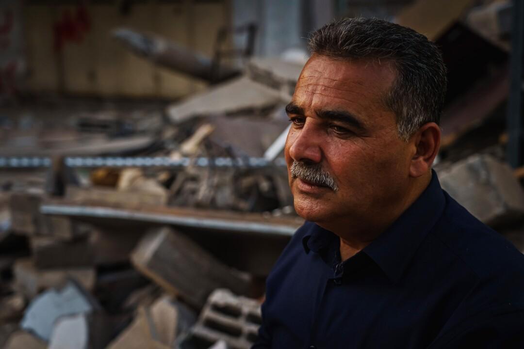 سمیر منصور مقابل ویرانه های کتابفروشی اش