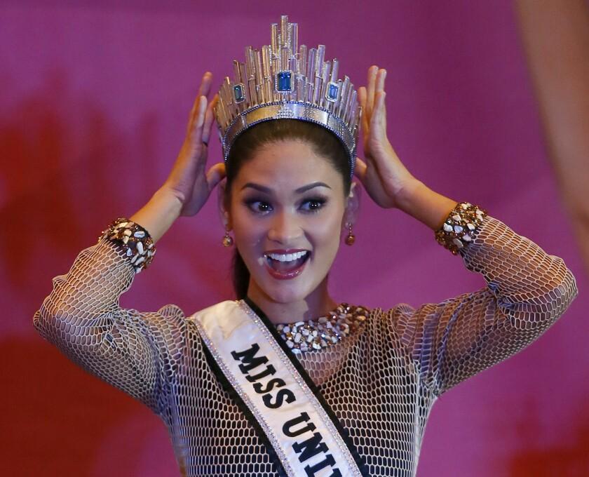 Miss Universo Pia Alonzo Wurtzbach muestra su corona durante una conferencia de prensa en Quezón, al este de Manila, Filipinas. (Foto AP/Bullit Marquez)