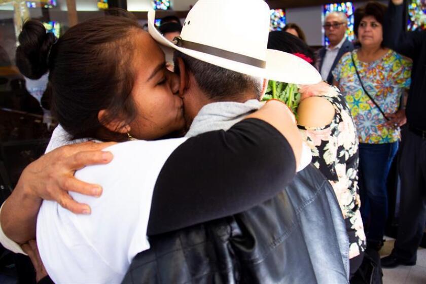 Estela Sánchez, de Hidalgo (México), abraza a su padre Alejandro Sáncehz en un centro comunitario de Pasadena (EE.UU.). EFE