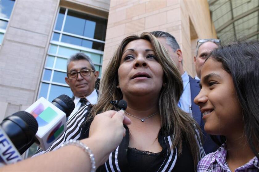 Aracely Rodríguez, madre de José Antonio Elena, habla con los periodistas previo a una audencia en Tucson, Arizona (EE.UU.). EFE/Archivo