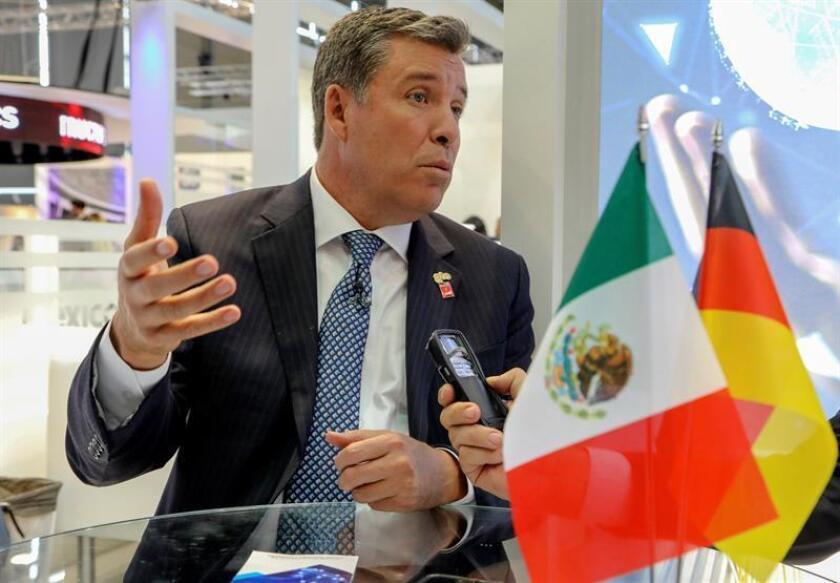 El gobernador del estado mexicano de Guanajuato, Miguel Márquez, durante la entrevista que ha concedido hoy a la Agencia EFE en la Feria de Hannover, Alemania. Miguel Márquez, destacó hoy que la planta que el grupo industrial alemán Bosch instalará en su región será la más moderna de todo el continente americano y supondrá una inversión de 120 millones de dólares. EFE