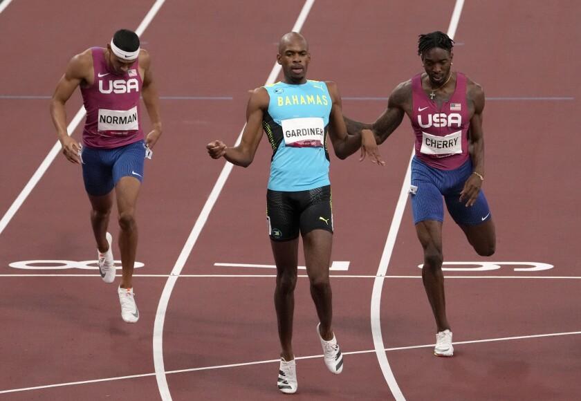 Steven Gardiner ralentit après avoir remporté la médaille d'or du 400 mètres masculin devant Michael Cherry et Michael Norman.