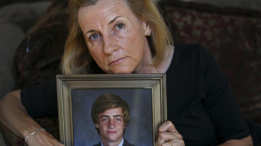 Aimee Dunkle, de Rancho Santa Margarita, muestra un retrato de su hijo Ben, quien murió de una sobredosis hace cuatro años. Dunkle distribuyó cientos de dosis de naloxona, un medicamento que, según ella, habría salvado a su hijo (Mark Boster/Los Angeles Times).