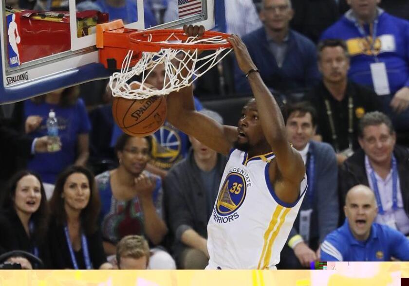 Kevin Durant de Warriors encesta durante un juego de la NBA. EFE/Archivo