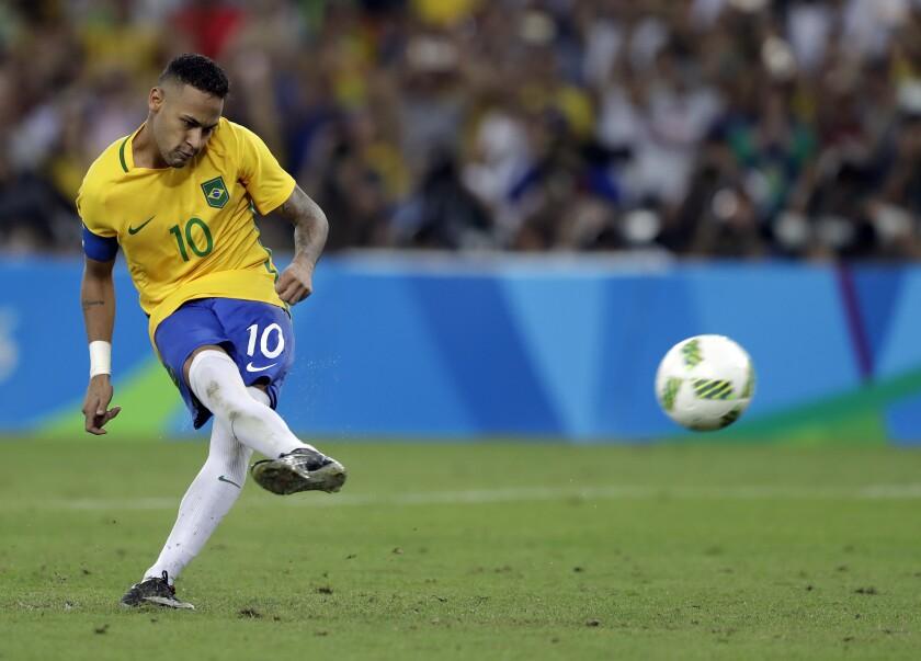 ARCHIVO - En esta foto del 20 de agosto de 2016, Neymar anota el penal decisivo en la final del fútbol