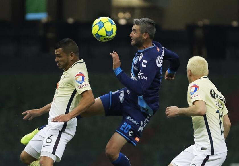 El jugador de América Miguel Samudio (i) disputa el balón con Álvaro Navarro (c) de Puebla hoy, sábado 11 de febrero de 2017, durante un partido de la jornada seis del Torneo Clausura del fútbol mexicano realizado en el Estadio Azteca, en Ciudad de México. EFE
