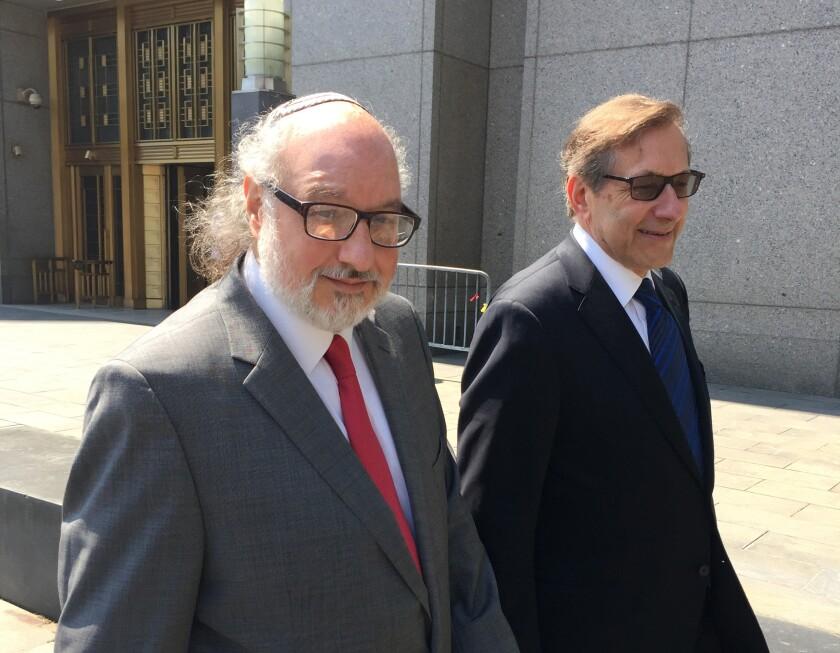 Jonathan Pollard (iz), quien pasó más tres décadas preso en Estados Unidos acusado de espiar para Israel, frente a un tribunal en Nueva York el 22 de julio del 2016. (AP Photo/Larry Neumeister, File)