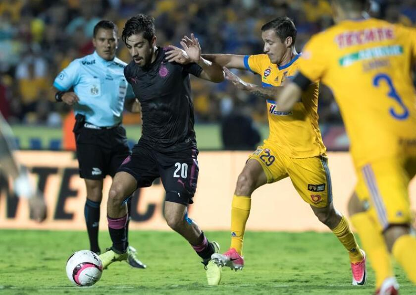 El volante mexicano Rodolfo Pizarro (2-izq), de las Chivas del Guadalajara, salió hoy en defensa del técnico del equipo, el argentino Matías Almeyda y aceptó ser uno de los culpables por los malos resultados de su escuadra en el Apertura mexicano. EFE/ARCHIVO